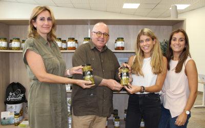 """""""La Sabrosita"""" hace entrega al Consejo Regulador de los primeros envases de aceitunas amparadas con la Indicación Geográfica Protegida Aceituna Manzanilla de Sevilla."""
