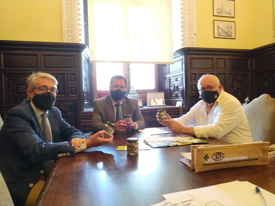 El Consejo Regulador se reúne en el Ayuntamiento de Sevilla con el Delegado de Gobernación y Fiestas Mayores D. Juan Carlos Cabrera Valera.