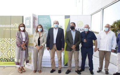 La Consejera de Empleo de la Junta de Andalucía, Rocío Blanco, recibe el emblema del Consejo Regulador de las IGP Aceitunas Manzanilla y Gordal de Sevilla, en su visita a Oleand.